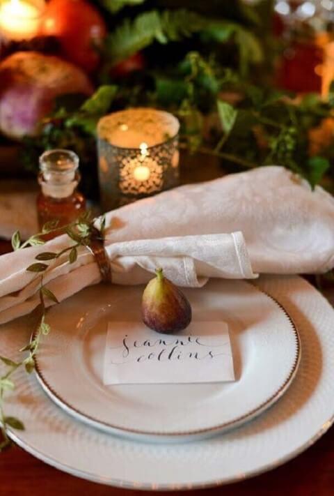 Sousplat branco com prato branco