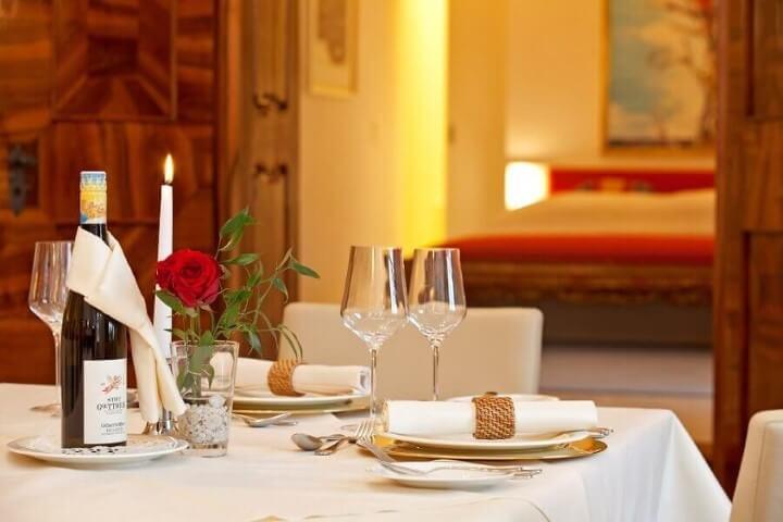 Sousplat dourado em mesa com cores neutras