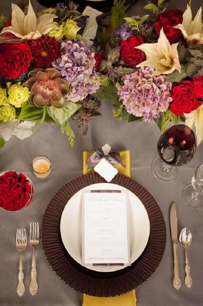 Mesa com Sousplat marrom MDF e flores