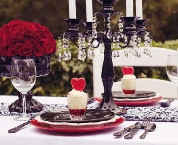 Sousplat vermelho com pratos branco e preto