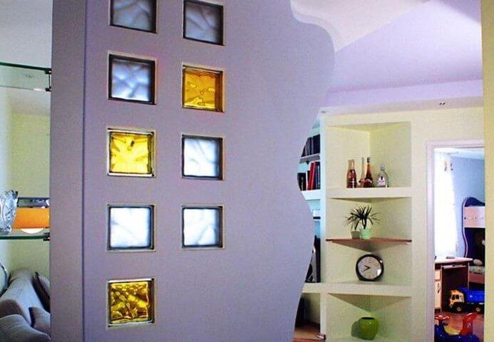 Tijolo de vidro colorido em meia parede