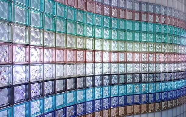 Tijolo de vidro colorido em parede