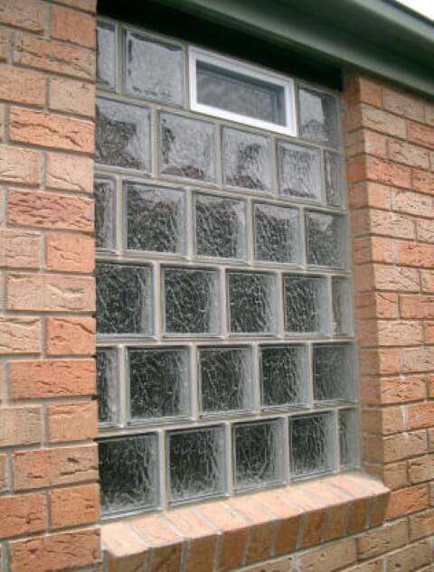 Tijolo de vidro com tijolos comuns