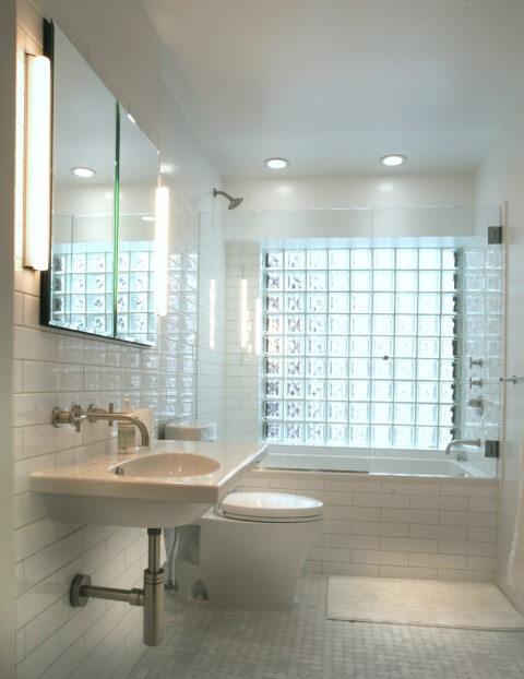 Tijolo de vidro em banheiro