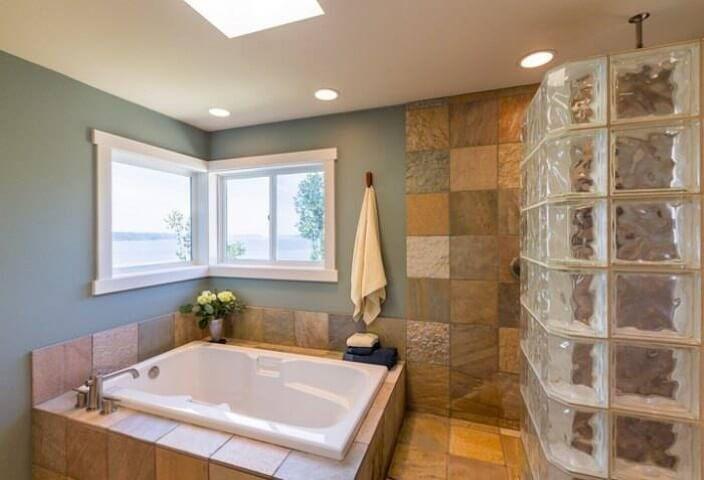 Tijolo de vidro em banheiro com banheira