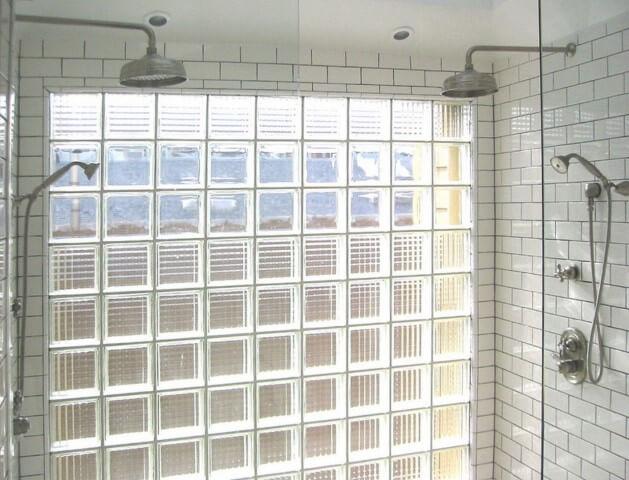 Tijolo de vidro em banheiro com dois chuveiros