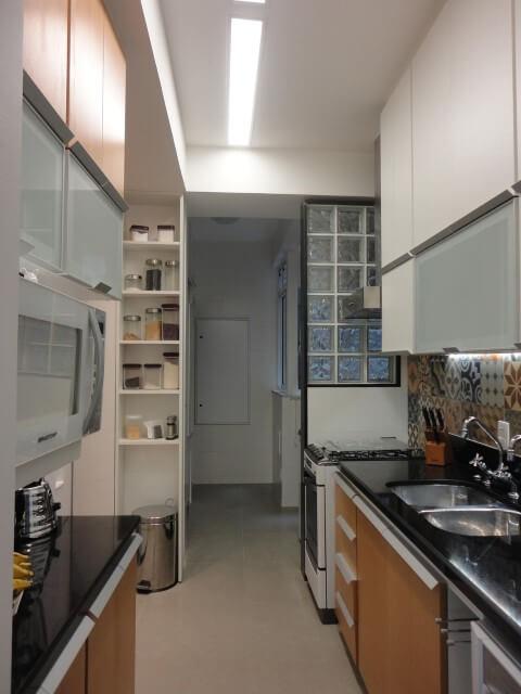 Tijolo de vidro em cozinha Projeto de Maria Helena Torres
