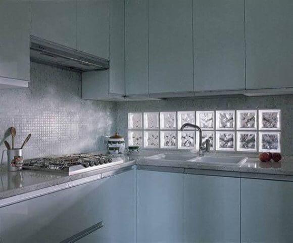 Tijolo de vidro em cozinha pequena