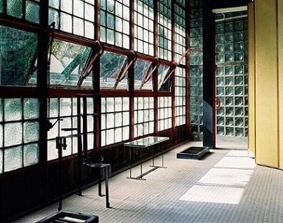 Tijolo de vidro em espaço comercial