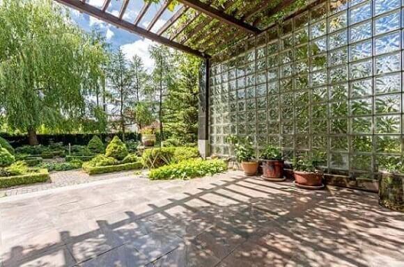 Tijolo de vidro em jardim