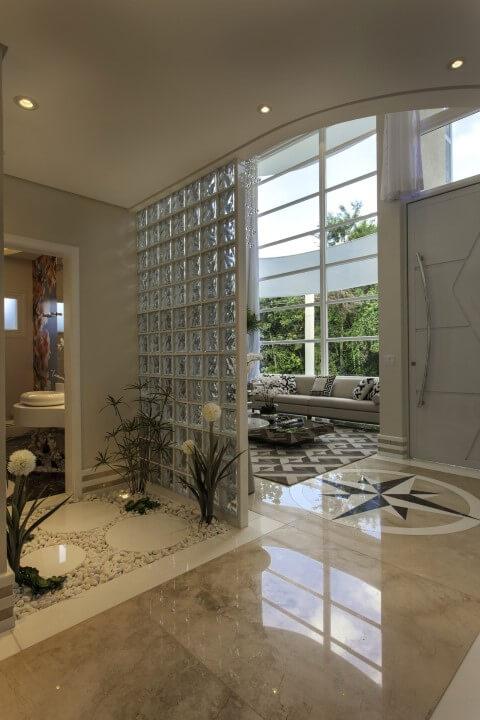 Tijolo de vidro em lavabo Projeto de Iara Kilaris