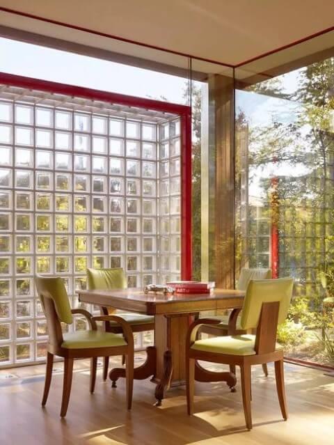 Tijolo de vidro  em parede de sala de jantar