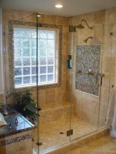 Tijolo de vidro em parede externa de banheiro
