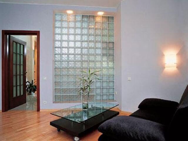 Tijolo de vidro em parede interna de sala de estar