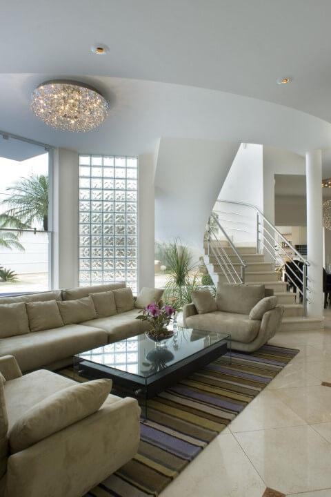 Tijolo de vidro em sala de estar Projeto de Aquiles Nicolas Kilaris