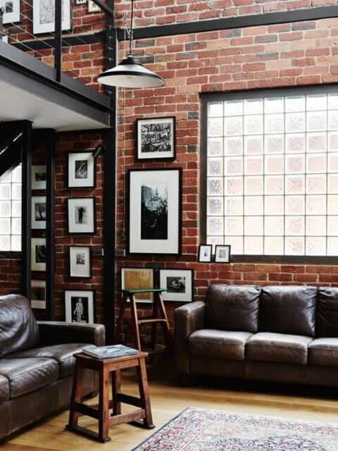 Tijolo de vidro em sala de estar rústica