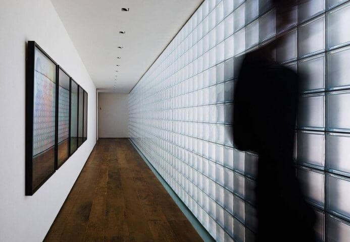 Tijolo de vidro fosco em corredor