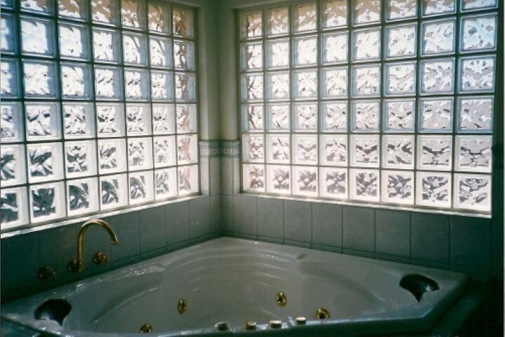 Tijolo de vidro sobre banheira