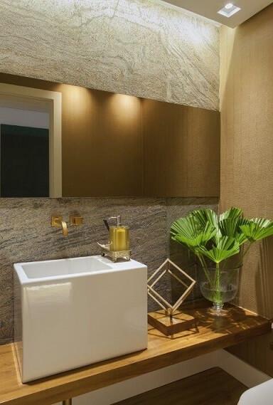 Torneiras douradas de parede Projeto de Bebel Tinoco
