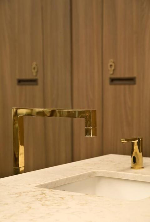 Torneiras douradas minimalistas Projeto de Gustavo Neves