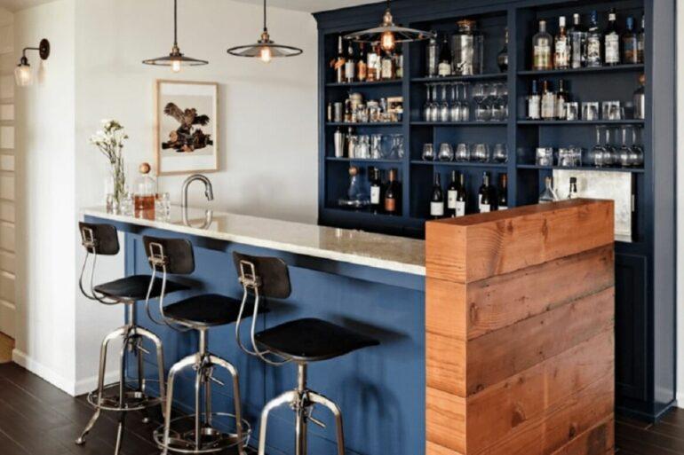 Utilize prateleiras e nichos para organizar o bar em casa