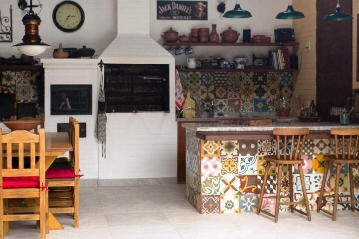 Varanda com churrasqueira com balcão com azulejos estampados