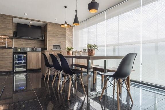 Varanda com churrasqueira com bancos Projeto de Sandra Pompe