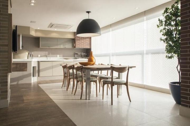 Varanda com churrasqueira com coifa com tijolos Projeto de Deborah Basso