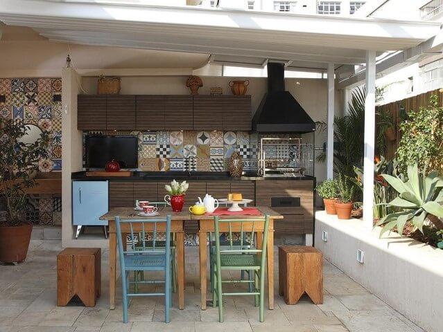 Varanda com churrasqueira com mesa pequena Projeto de Lore Arquitetura