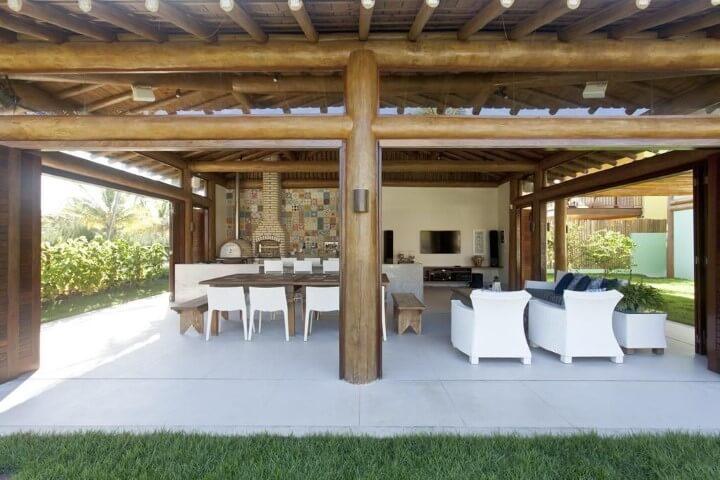 Varanda com churrasqueira com parede de azulejos estampados Projeto de SQ Arquitetos