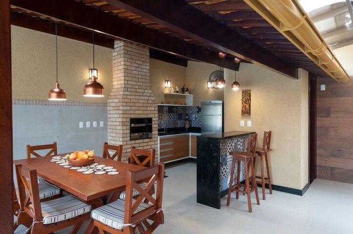 Varanda com churrasqueira com pendentes Projeto de Bernal Projetos