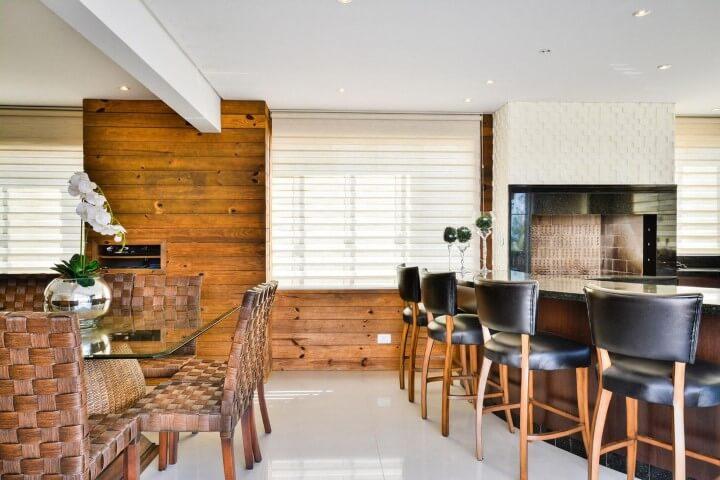 Varanda com churrasqueira com revestimento de madeira na parede Projeto de Bender Arquitetura
