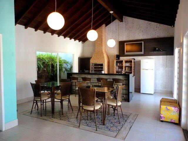 Varanda com churrasqueira com tijolinhos à vista Projeto de Ana Flavia Teixeira