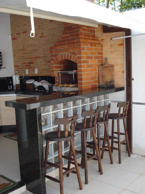 Varanda com churrasqueira e bancada Projeto de Cave Arquitetura