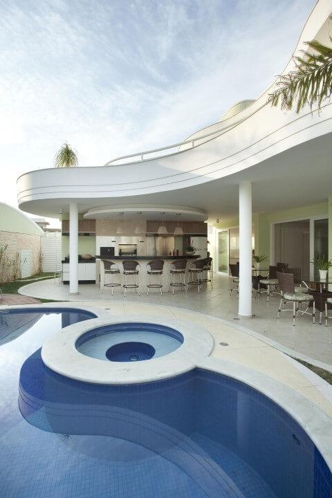 Varanda com churrasqueira e piscina Projeto de Aquiles Nicolas Kilaris