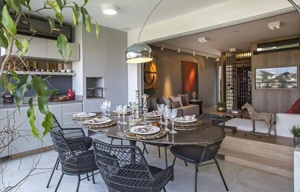 Varanda com churrasqueira integrada com a sala Projeto de Carlos Rossi
