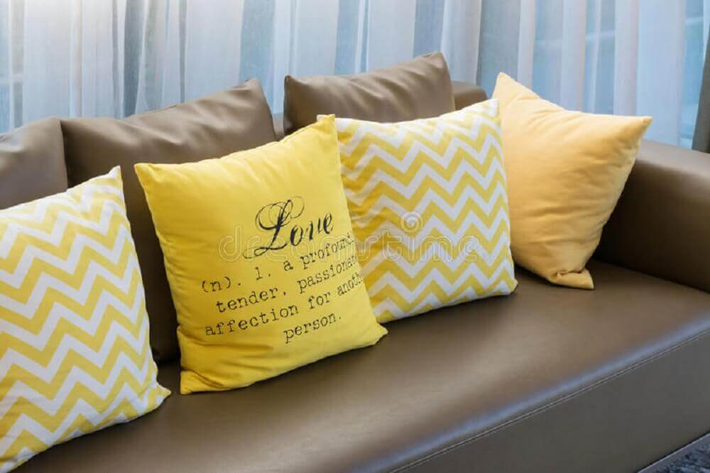 almofadas amarelas para sofá marrom