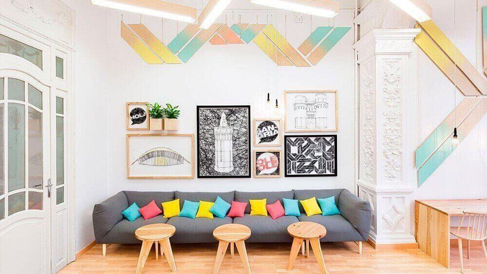 almofadas coloridas para sofá cinza