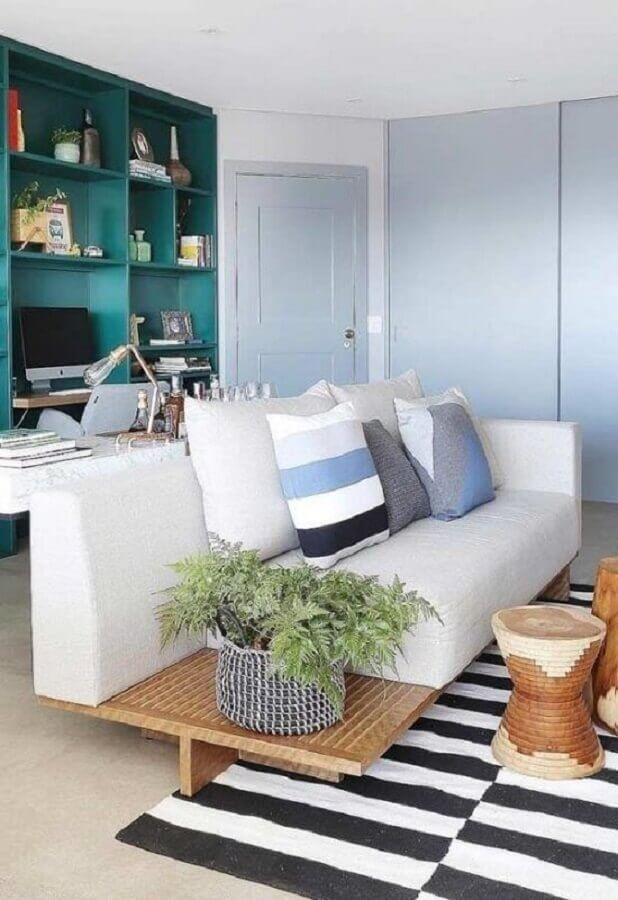 almofadas decorativas para sofá branco com base de madeira Foto Webcomunica