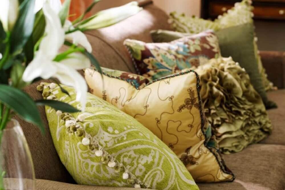 almofadas diferentes para sofá marrom