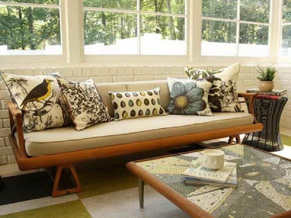 Modelo de almofadas estampadas para sofá