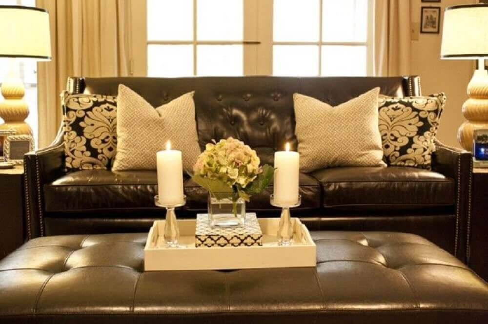 almofadas neutras e estampadas para sofá marrom
