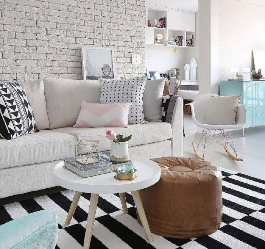 almofadas para sofá branco para sala decorada com tapete preto e branco listrado Foto Priscilla Dattilio
