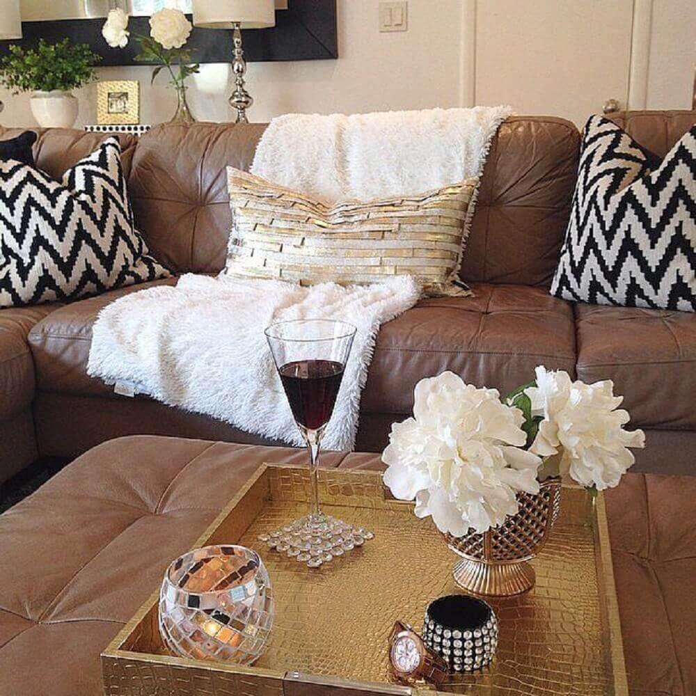 almofadas para sofá marrom com estampada preto e branca