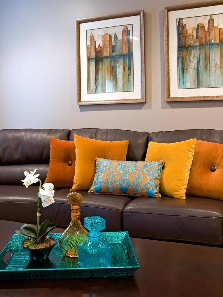 almofadas para sofá marrom em tons fortes