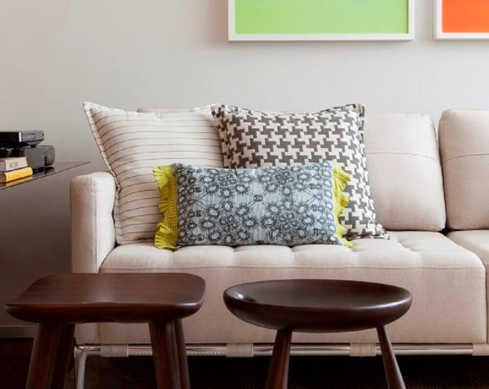 almofadas pequenas e almofadas grandes para sofá