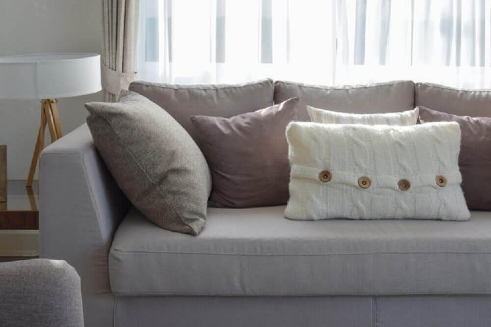 almofadas pequenas e grandes para sofá cinza