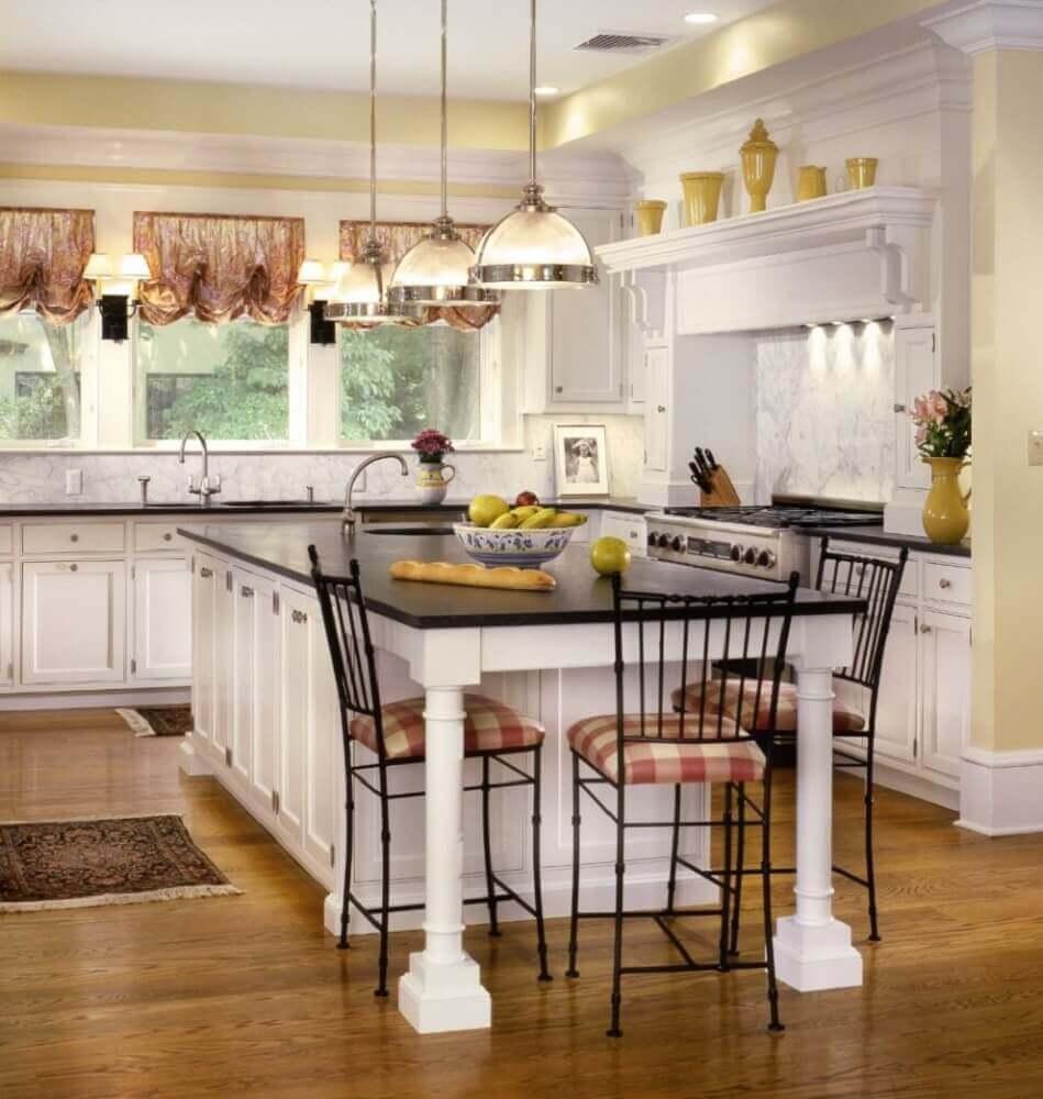 Beautiful Traditional Small Kitchen Design Featuring White: Luminária Para Cozinha: +55 Modelos Para Inspirar A