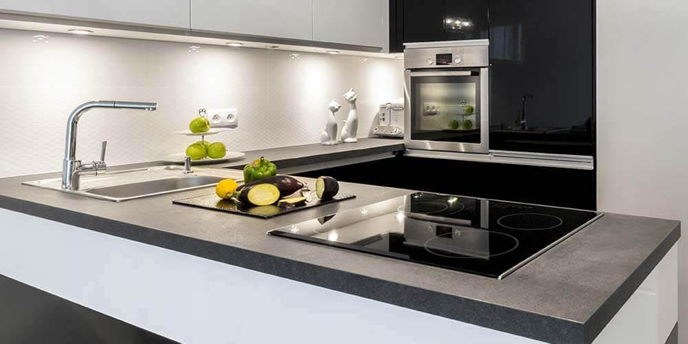 Bancada com pia e cooktop para cozinhas modernas planejadas