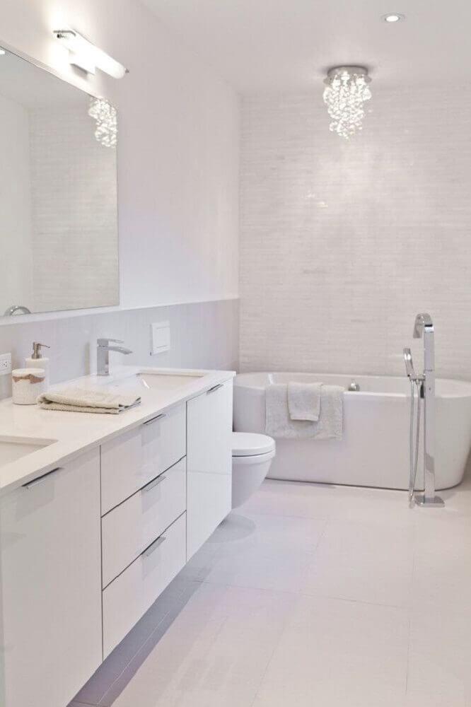 banheiro branco com banheira